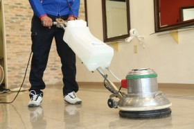 専用機材で表面を洗浄