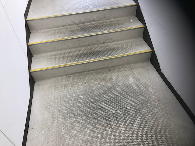 福岡市お店床階段掃除前