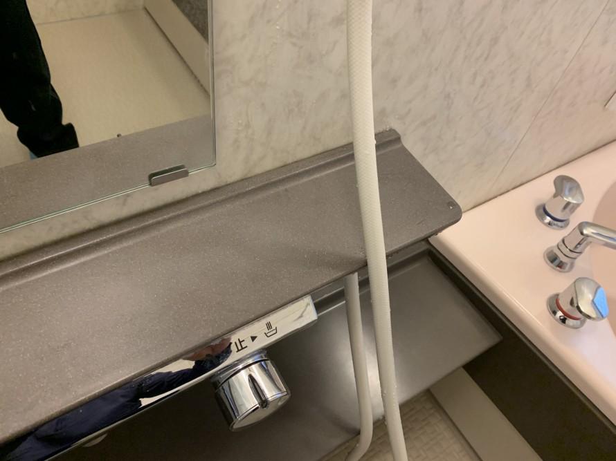 水垢で汚れたお風呂の化粧台右側掃除