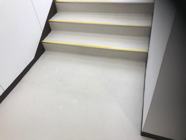 お店の床・階段掃除後