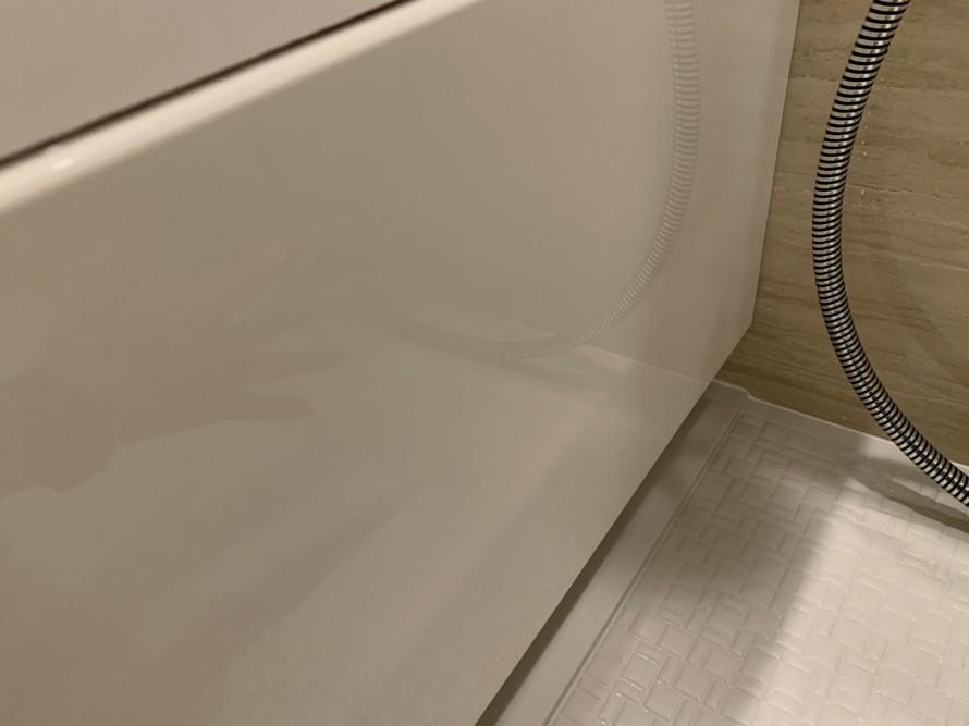 バスルームの浴槽パネル掃除後