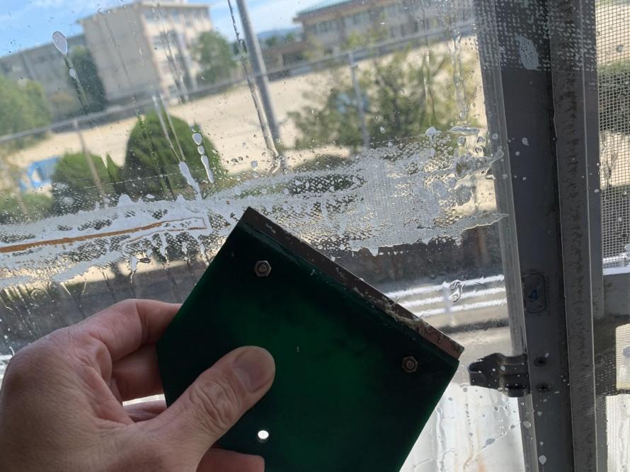 窓ガラステープ跡窓掃除中