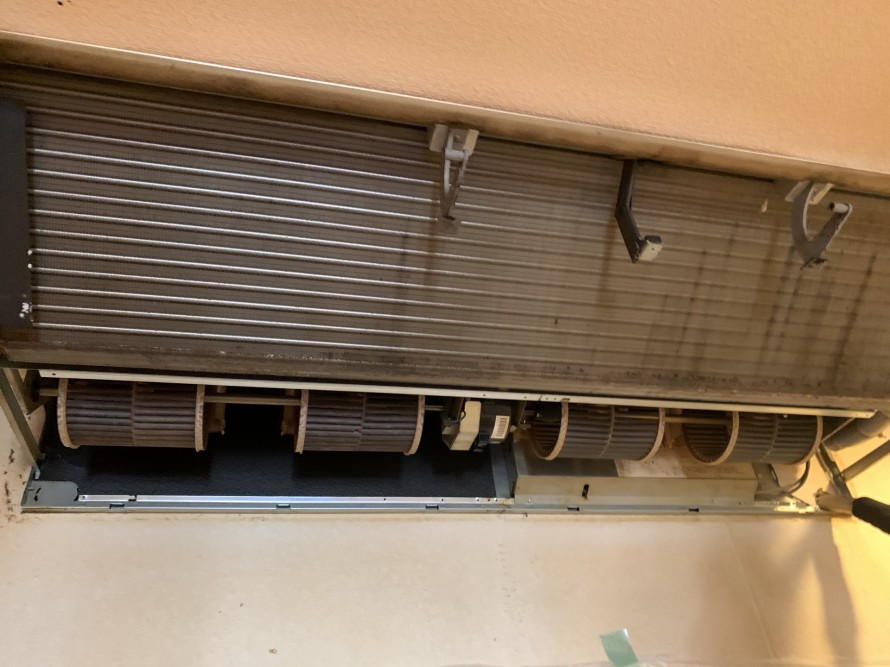 飲食店業務用エアコン分解中