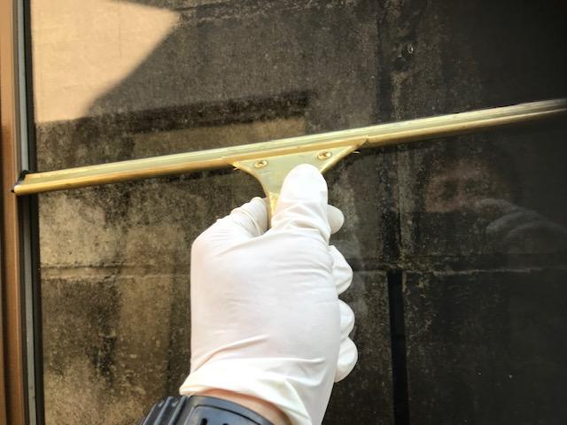 スキージーを使い窓掃除