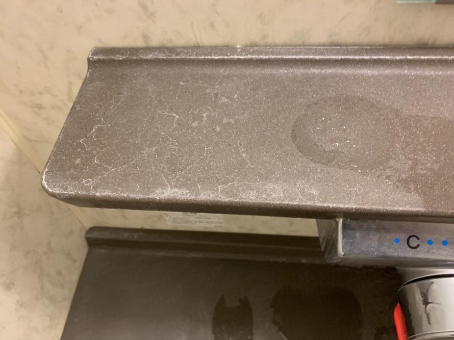 水垢で汚れたお風呂の化粧台左掃除前