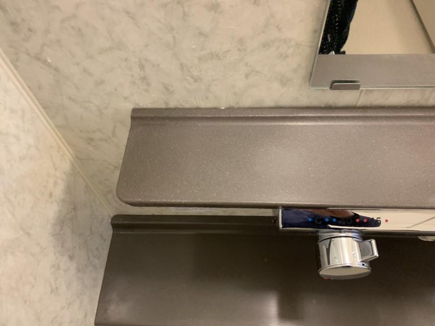 水垢で汚れたお風呂の化粧台左掃除後